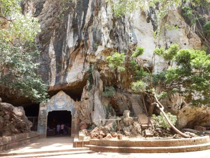 der Eingang zum Wat Suwan Kuha