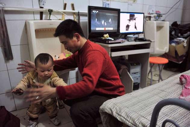 28zeng630rc3 - Una familia lleva seis años viviendo dentro de un baño público en China