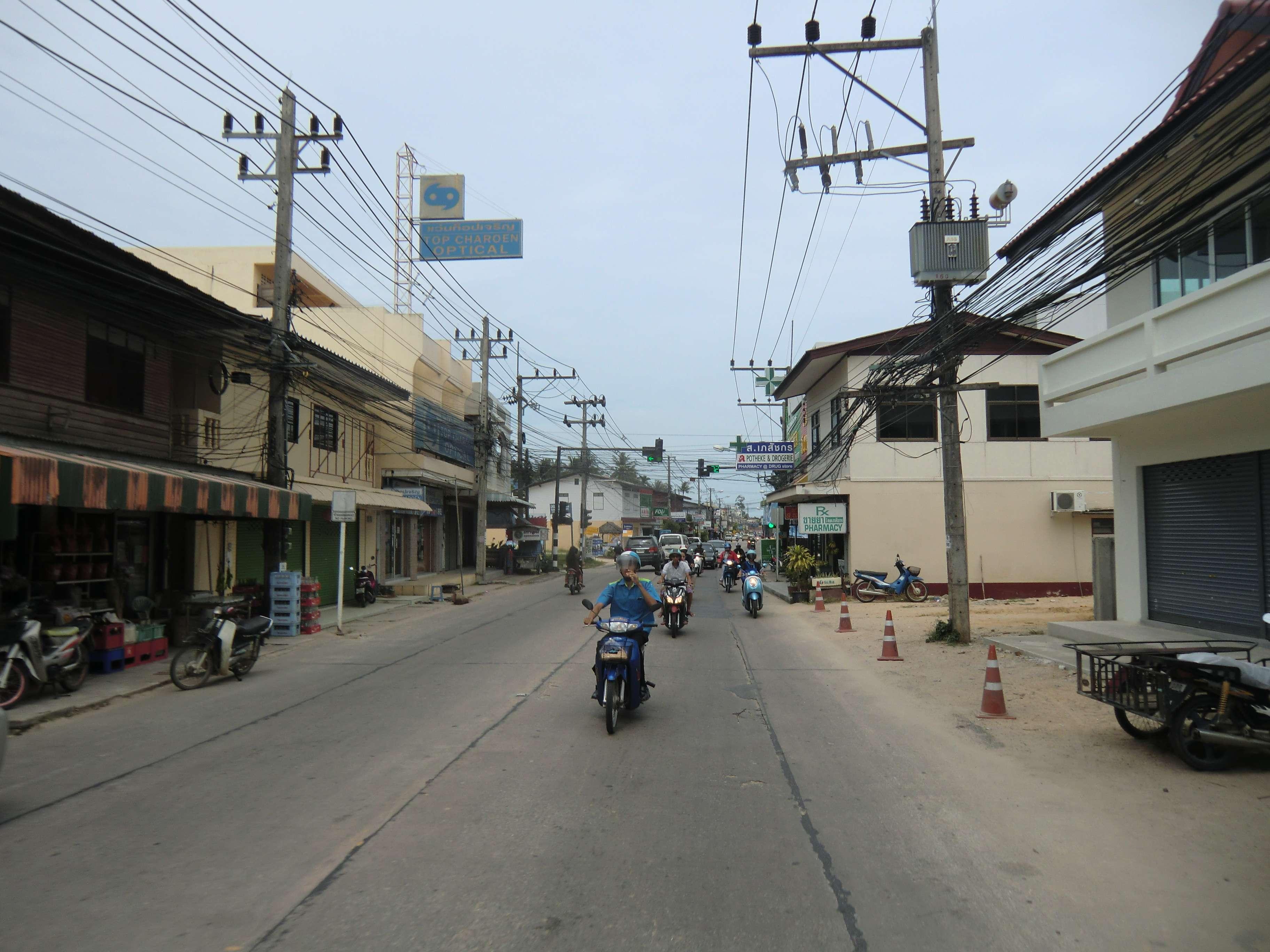 das erste Foto von der Hauptstraße in Mae Nam